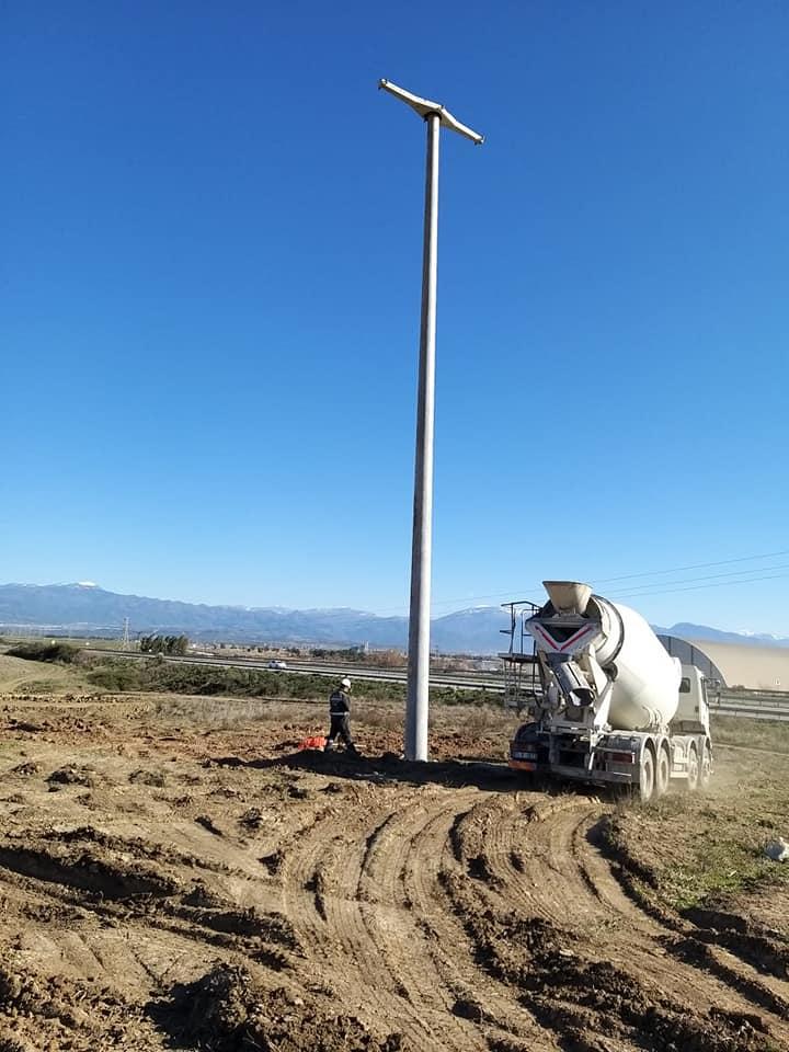 Ceyhan Organize Sanayi Bölgesi alanına elektrik direği dikilme işlemi çalışmaları devam ediyor.